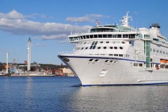 Till vänster ser ni Gröna lunds nya åkattraktion Eclipse. Som även är namnet på det största kryssningsfartyget som kommer till Stockholm i år Celebrity Eclipse.