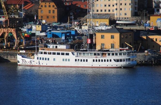 M/S (S/S) Stockholm vid Beckholmen där hon får sina master förkortade för att kunna passera Danvikstullsbron i sommar.