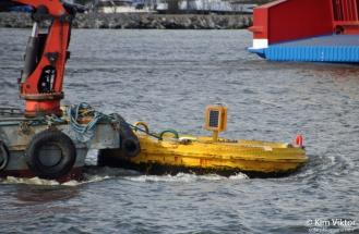 Strömmens gamla boj (som kryssningsfartygen lägger till vid) transporteras bort, efter att Stockholms hamnar ha satt dit en ny.